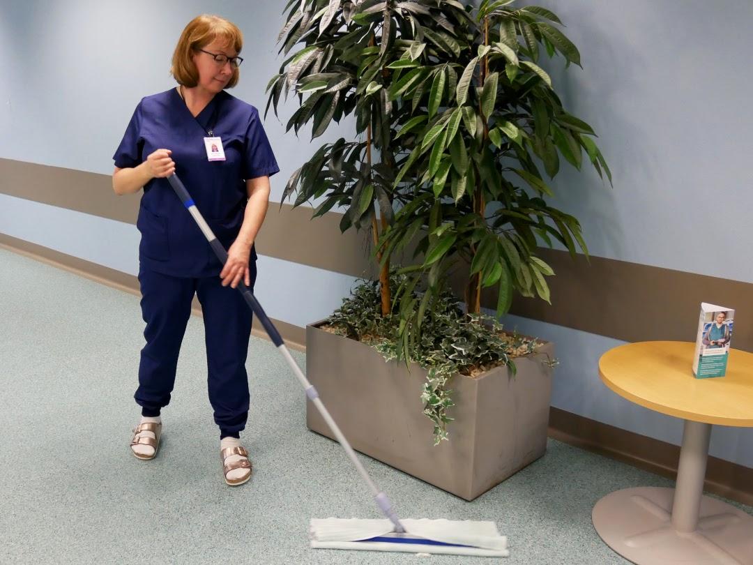 Kuvassa mopataan sairaalan käytävää
