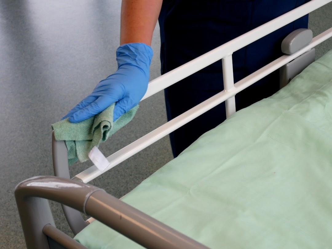 Kuvassa puhdistetaan sairaalavuodetta